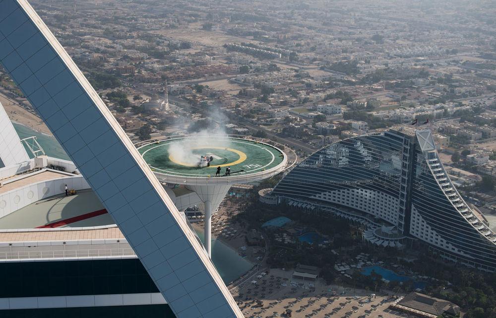 """Red Bull a sărbătorit titlurile cu """"cerculeţe"""" pe helipadul clăirii Burj Al Arab din Dubai - Poza 11"""