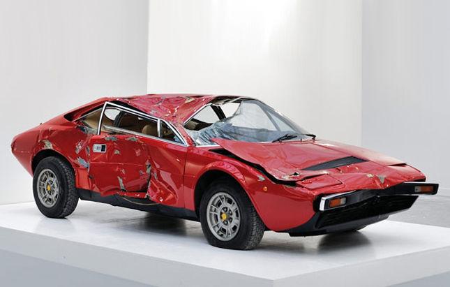 Operă de artă sau daună totală? Un Ferrari Dino răsturnat într-un accident, vândut cu 250.000 de dolari - Poza 1