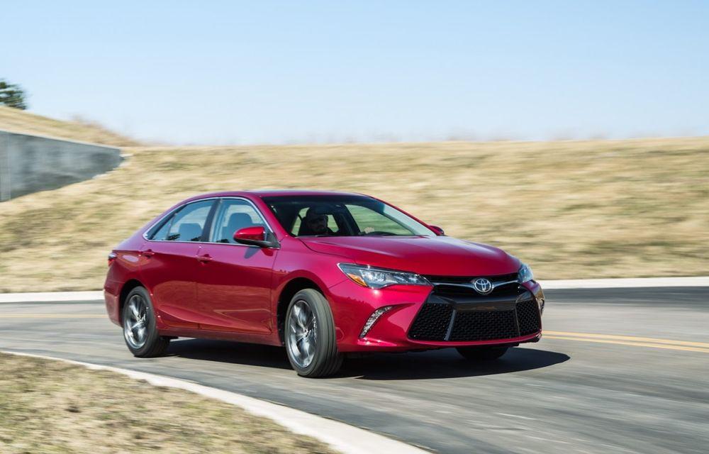 Tombolă la o fabrică Toyota SUA: Camry-ul cu numărul 10.000.000, făcut cadou unui angajat - Poza 1