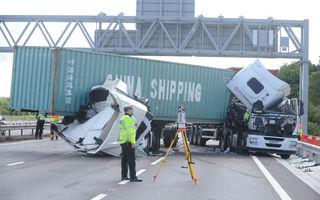 Un accident din Anglia le-ar putea aduce amenzi de 5000 de lire şoferilor aflaţi în trecere care au filmat scena