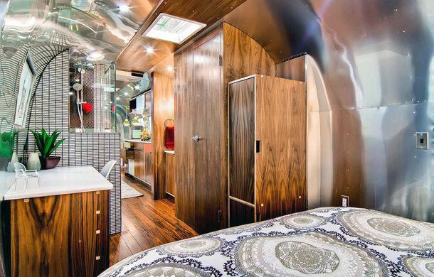 Rulota de 200.000 de euro: plină de istorie şi recondiţionată pentru a arăta ca un apartament modern - Poza 4