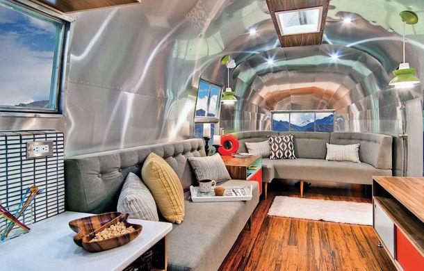 Rulota de 200.000 de euro: plină de istorie şi recondiţionată pentru a arăta ca un apartament modern - Poza 2