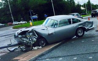 Şi bogaţii plâng: un Aston Martin DB5 clasic, deteriorat serios într-un accident în Manchester