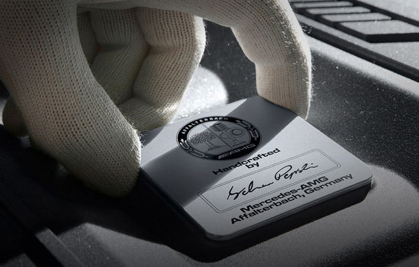 A zis cineva downsizing? Mercedes sfidează trendul și crește producția motorul V12 - Poza 1