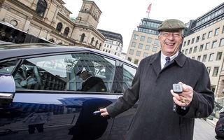 Herr Nikolaus sparge gheaţa. El este primul client neamţ al lui Toyota Mirai, singura maşină electrică pe hidrogen din lume