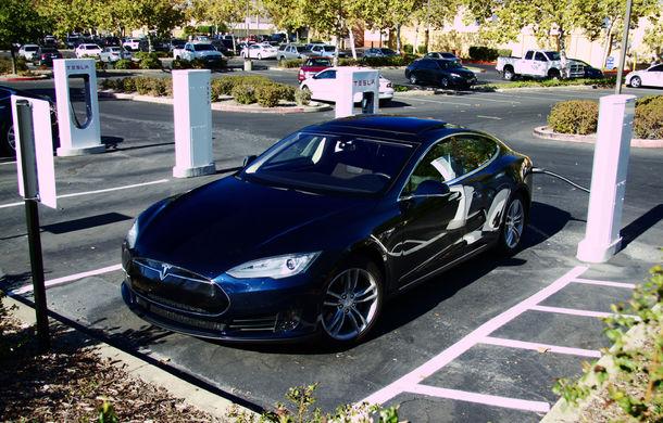 Tesla Model S primeşte încărcare wireless: autonomie suplimentară de 32 de kilometri pentru fiecare oră de energie - Poza 1