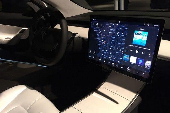 Mai simplu înseamnă mai ieftin: interiorul simplist al lui Tesla Model 3, cheia atingerii unui preț de pornire de 35.000 de dolari - Poza 3