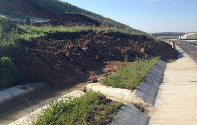 Pe autostradă cu 60 km/h: circulaţia pe A6, restricţionată din cauza unor alunecări de teren - Poza 1
