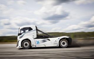 Un camion fără limitare de viteză: Volvo Iron Knight are 2400 de cai putere și este cel mai rapid camion din lume