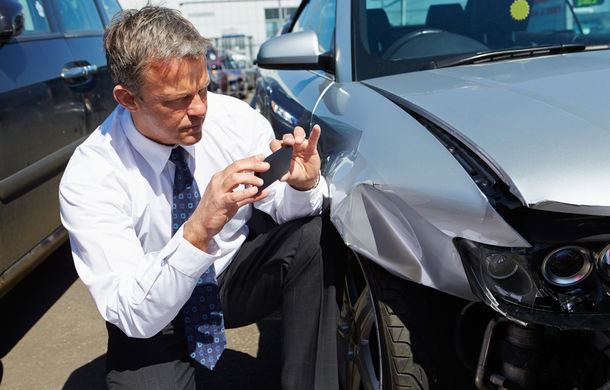 Tineri şi neliniştiţi: şoferii de până în 25 de ani cu maşini cu motoare de peste 2.0 litri produc cele mai multe accidente, dar au puţine RCA-uri - Poza 1