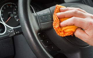 Tu când ai fost ultima oară la spălătorie? Interiorul maşinii, mai murdar şi plin de microbi decât tastatura sau telefonul