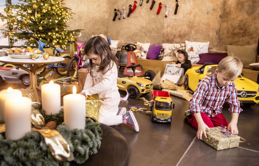 Pe ce cadouri de Crăciun cheltuim banii? Mercedes a lansat în România o colecție de daruri cu preț piperat - Poza 3