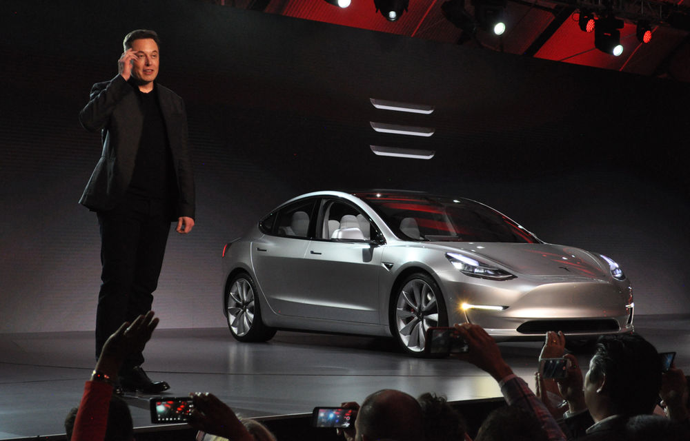 Tesla și-a pus pe cap Adidas: americanii au fost nevoiți să schimbe cele trei dungi din logo-ul Model 3 - Poza 1