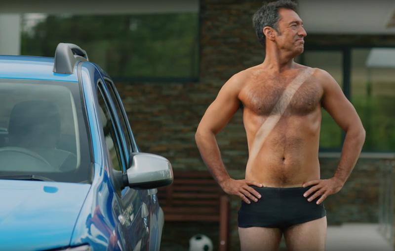 VIDEO: Dacia Sandero facelift primește opțiuni inedite în reclamele din Anglia: duș, pat de bronzare și mașină de tuns iarba - Poza 1