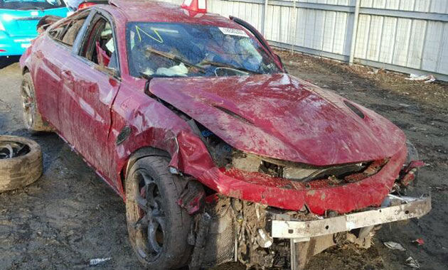 Cel mai ieftin Afla Romeo Giulia Quadrifoglio se vinde în Statele Unite: costă 1250 de dolari, dar are o problemă - Poza 2