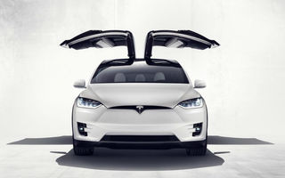 Ușile cu deschidere verticală ale lui Tesla Model X, motiv de proces în China: au rămas blocate după ce mașina a fost implicată într-un accident