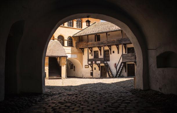 Un german în Transilvania: biserici cu ziduri de apărare înalte de 12 metri, un castel părăsit și idilicul Viscri - Poza 13