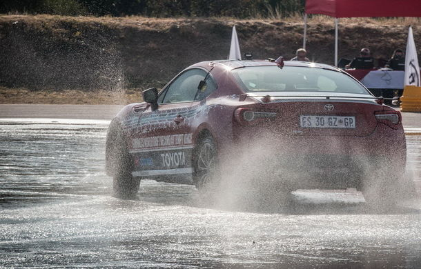 Record mondial pentru cel mai lung drift: un Toyota GT86 s-a învârtit în derapaj controlat vreme de șase ore - Poza 3