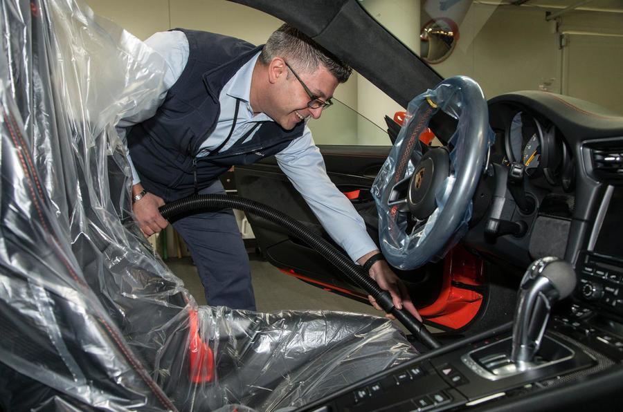 Garajul misterios ascuns într-un subsol din Londra: adăpostește 130 de supercaruri exotice și mașini clasice - Poza 5