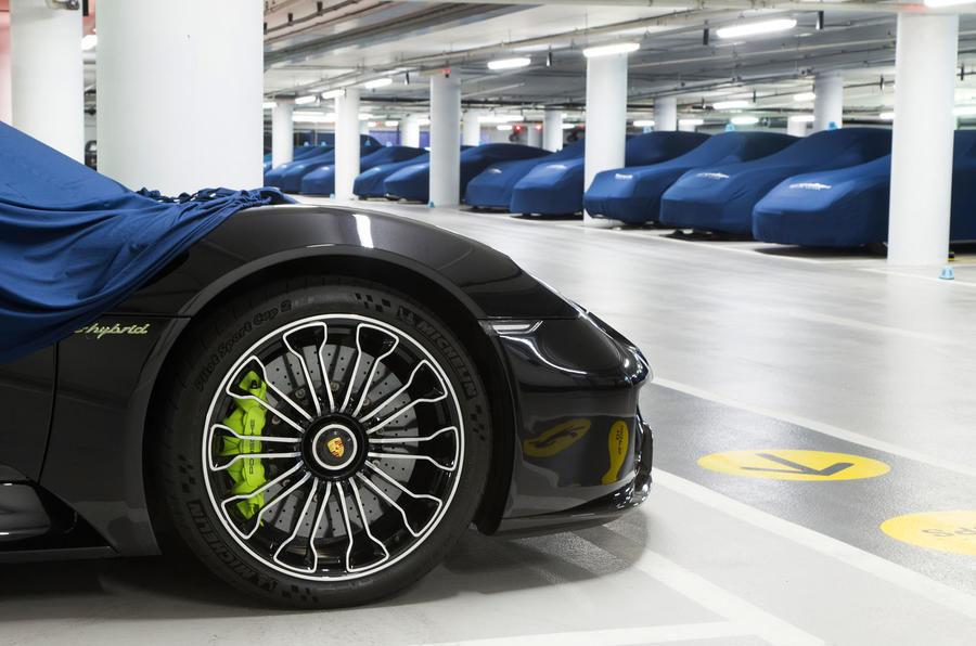 Garajul misterios ascuns într-un subsol din Londra: adăpostește 130 de supercaruri exotice și mașini clasice - Poza 13