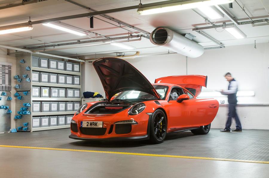 Garajul misterios ascuns într-un subsol din Londra: adăpostește 130 de supercaruri exotice și mașini clasice - Poza 14