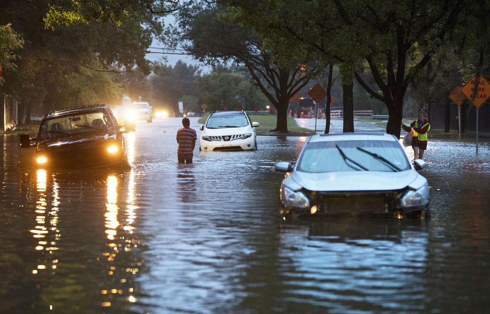 Ce rămâne după uraganul Harvey? 500.000 de mașini distruse și reduceri de 500 de euro venite de la FCA și GM - Poza 1