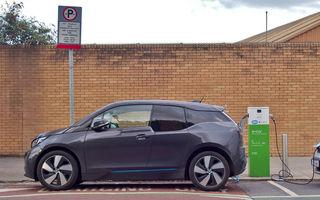 Propunere de lege în Marea Britanie: stațiile de încărcare pentru mașinile electrice să devină obligatorii în benzinării și spațiile de servicii de pe autostrăzi