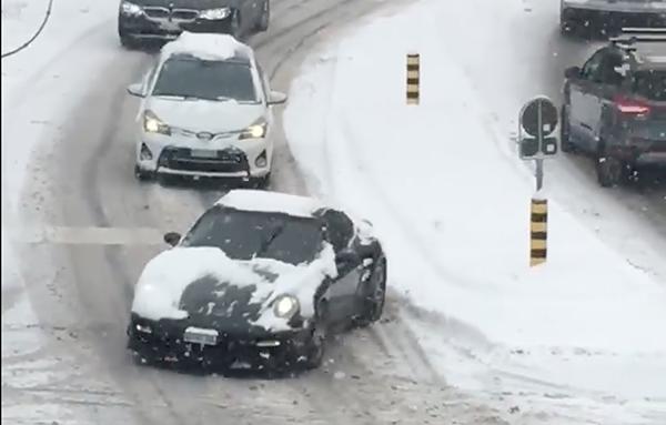 VIDEO: Pledoarie pentru anvelopele de iarnă. Un Porsche 911 Turbo se chinuie cu pneuri de vară pe o urcare înzăpezită, în ciuda faptului că are tracțiune integrală - Poza 1