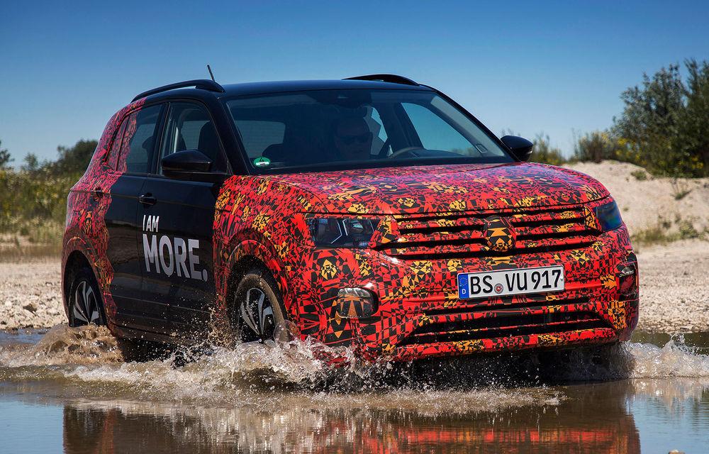 Viitorul Volkswagen T-Cross, testat sub camuflaj: SUV-ul constructorului german se lansează în toamnă - Poza 1