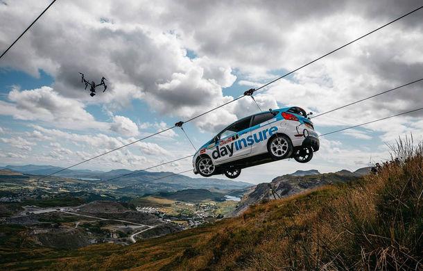 Campanie de promovare dusă la extrem: un Ford Fiesta pregătit pentru raliuri coboară pe tiroliană în Țara Galilor - Poza 1