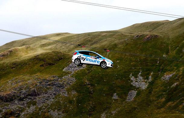 Campanie de promovare dusă la extrem: un Ford Fiesta pregătit pentru raliuri coboară pe tiroliană în Țara Galilor - Poza 3