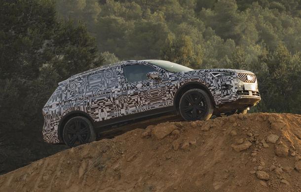 Seat Tarraco, testat sub camuflaj în off-road: SUV-ul cu 7 locuri va avea un sistem de protecție în cazul răsturnărilor - Poza 3