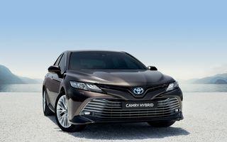 Noul Toyota Camry este aici: sedanul hibrid de segment mediu dezvoltă 218 cai putere și anunță un consum de 4.2 l/100 km