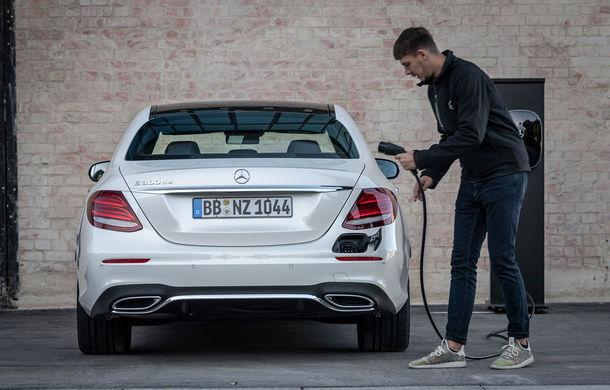 Mercedes-Benz Clasa E primește noi versiuni cu sistem hibrid de propulsie: până la 320 CP și autonomie în modul electric de 54 de kilometri - Poza 1