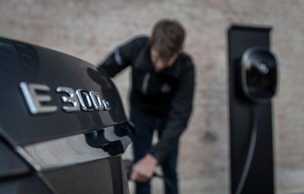 Mercedes-Benz Clasa E primește noi versiuni cu sistem hibrid de propulsie: până la 320 CP și autonomie în modul electric de 54 de kilometri - Poza 29