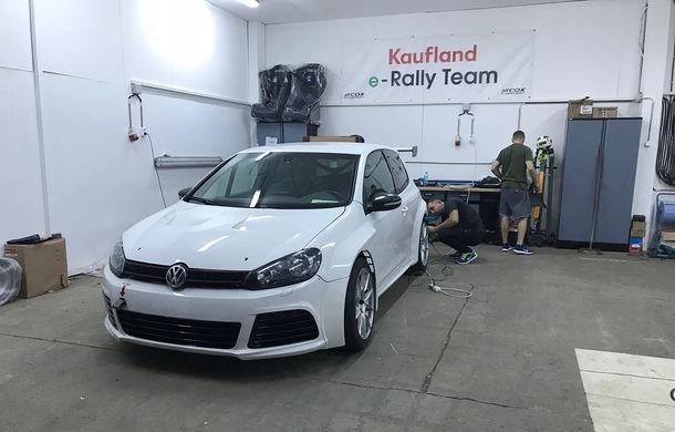Premieră în Campionatul Național de Viteză în Coastă: un Volkswagen Golf GTI a fost transformat într-un model electric dedicat competițiilor - Poza 5