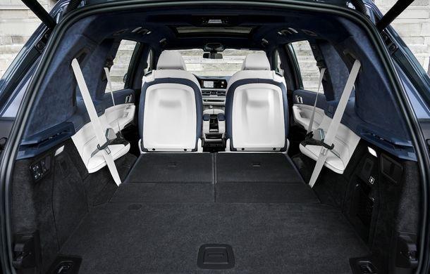Oficial: BMW X7 se prezintă. Cel mai mare SUV din gama bavarezilor oferă 7 locuri și motorizări de până la 400 CP în Europa - Poza 36
