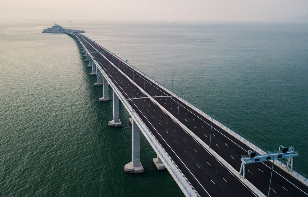 China a inaugurat cel mai lung pod maritim din lume: cei 55 de kilometri conectează țara de regiunile autonome Hong Kong și Macau - Poza 1