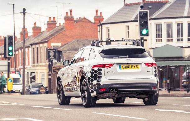 """Jaguar Land Rover se alătură proiectului prin care vei prinde mereu verde la semafor: """"Tehnologia va apărea pe mașini în 3 ani"""" - Poza 1"""