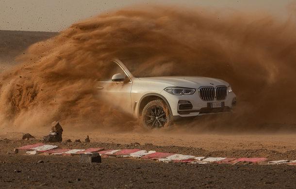 """Virajele circuitului de Formula 1 de la Monza, """"desenate"""" în nisipul deșertului Sahara: BMW X5 a fost modelul care a înfruntat traseul din Maroc - Poza 1"""