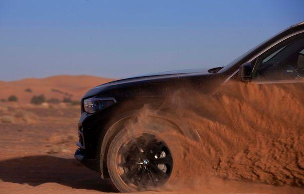 """Virajele circuitului de Formula 1 de la Monza, """"desenate"""" în nisipul deșertului Sahara: BMW X5 a fost modelul care a înfruntat traseul din Maroc - Poza 6"""