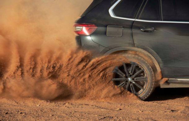 """Virajele circuitului de Formula 1 de la Monza, """"desenate"""" în nisipul deșertului Sahara: BMW X5 a fost modelul care a înfruntat traseul din Maroc - Poza 7"""