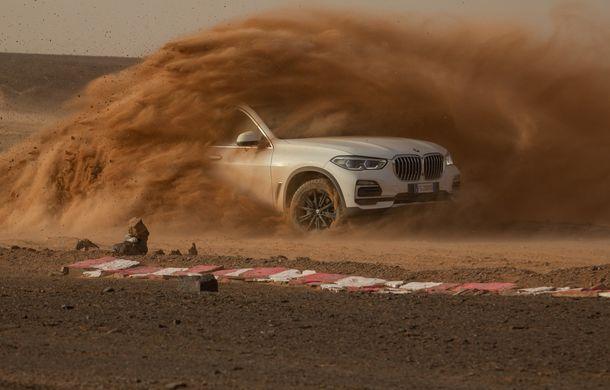 """Virajele circuitului de Formula 1 de la Monza, """"desenate"""" în nisipul deșertului Sahara: BMW X5 a fost modelul care a înfruntat traseul din Maroc - Poza 4"""