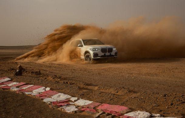 """Virajele circuitului de Formula 1 de la Monza, """"desenate"""" în nisipul deșertului Sahara: BMW X5 a fost modelul care a înfruntat traseul din Maroc - Poza 3"""
