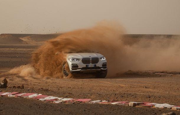 """Virajele circuitului de Formula 1 de la Monza, """"desenate"""" în nisipul deșertului Sahara: BMW X5 a fost modelul care a înfruntat traseul din Maroc - Poza 2"""