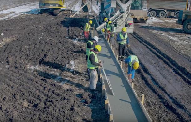 """Protest inedit: un om de afaceri din Suceava a construit cu 4500 de euro """"primul metru de autostradă din Moldova"""" - Poza 1"""