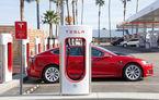 Tesla va permite vizionarea de filme pe ecranul mașinii: doar în timpul încărcării la stațiile Supercharger