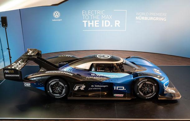 Volkswagen a prezentat prototipul ID R, cu care atacă recordul electricelor de pe Nurburgring: un pachet aerodinamic modificat și un software nou pentru sistemul de propulsie - Poza 1