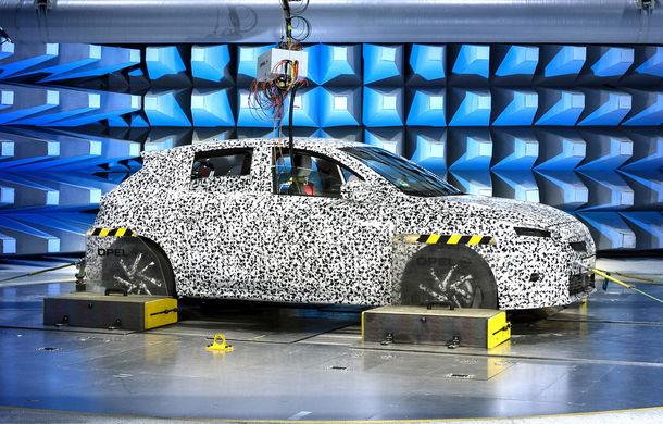 Primele imagini sub camuflaj cu noua generație Opel Corsa: vânzările încep în vară inclusiv pentru versiunea electrică - Poza 12