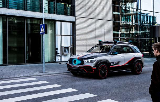 Mercedes GLE, transformat în cobai pentru testarea celor mai noi sisteme de siguranță: suprafețe digitale exterioare care comunică cu ceilalți participanți la trafic și funcții noi pentru prevenirea accidentelor - Poza 4